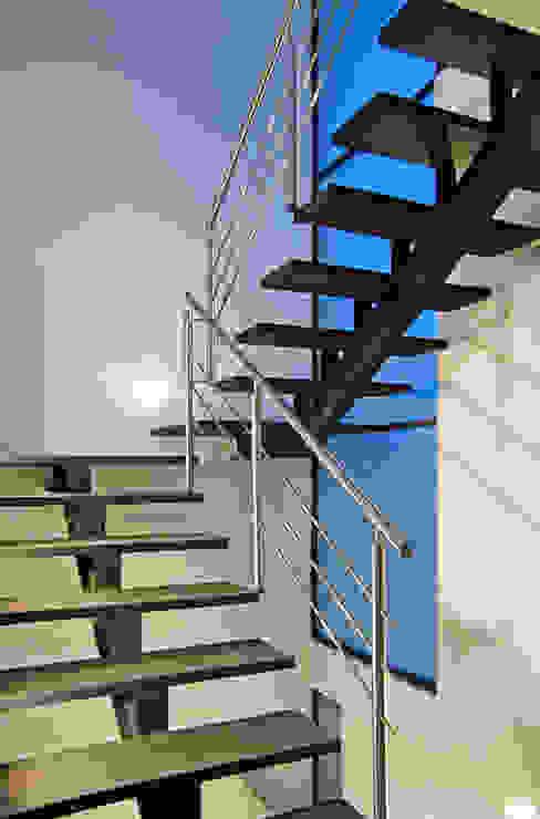 Vista Interior- Detalle de Escalera Pasillos, vestíbulos y escaleras modernos de homify Moderno
