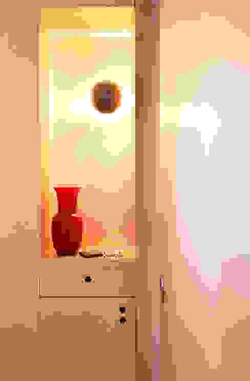nicchia luminosa ingresso di isabella maruti architetto Moderno