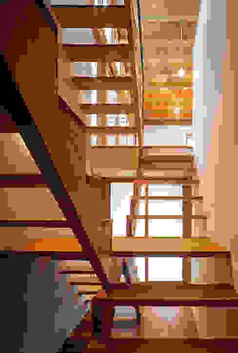 Corridor & hallway by 緒方幸樹建築設計事務所