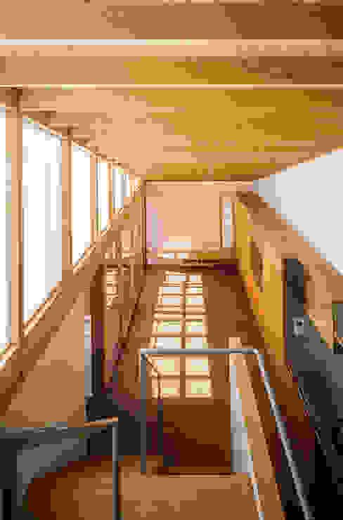 Salas de estilo ecléctico de 緒方幸樹建築設計事務所 Ecléctico