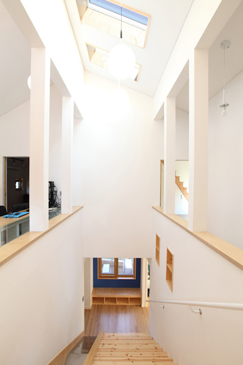 2층에서 바라본 계단실: 주택설계전문 디자인그룹 홈스타일토토의  복도 & 현관,모던