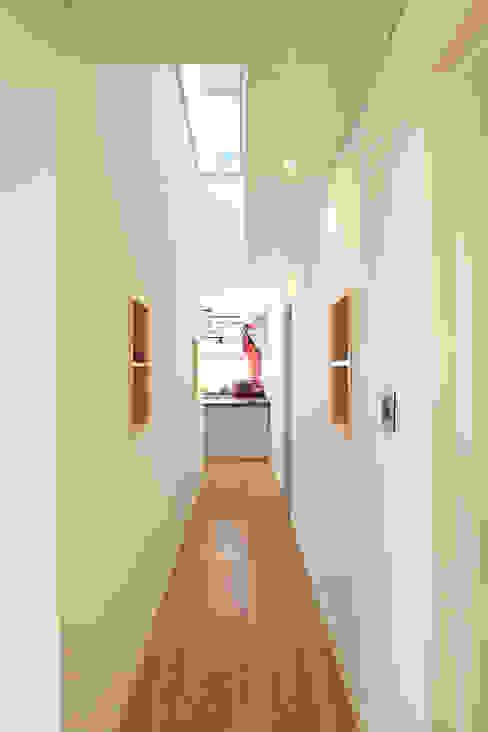 2층과 연계된 시선: 주택설계전문 디자인그룹 홈스타일토토의  복도 & 현관,모던