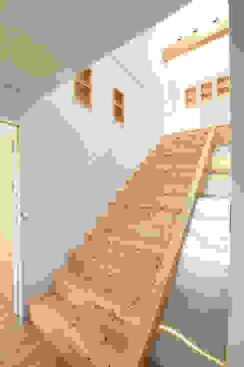 계단과 미끄럼틀: 주택설계전문 디자인그룹 홈스타일토토의  복도 & 현관,모던
