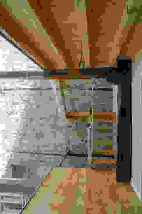 Escalera Estado definitivo Pasillos, vestíbulos y escaleras rústicos de Lidera domÉstica Rústico