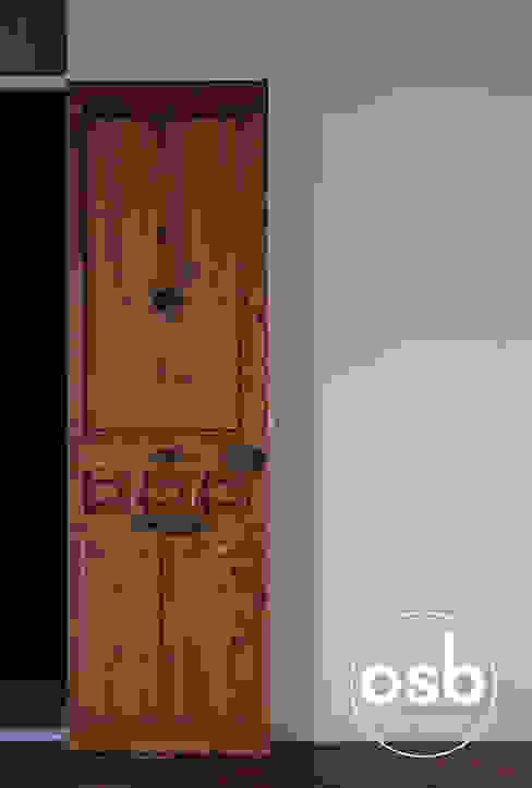 Puerta principal de osb arquitectos Clásico