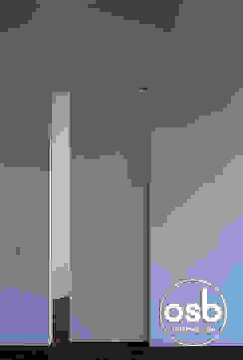 Puerta corredera comunicación salón - dormitorio osb arquitectos Puertas y ventanas de estilo moderno