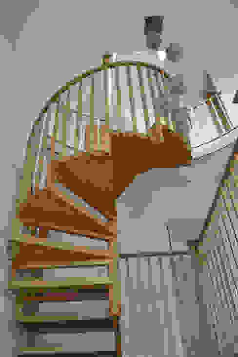 Suspended oak stair Moderner Flur, Diele & Treppenhaus von homify Modern