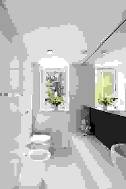 PERFORATED HOUSE INTERIOR Nowoczesna łazienka od KLUJ ARCHITEKCI Nowoczesny