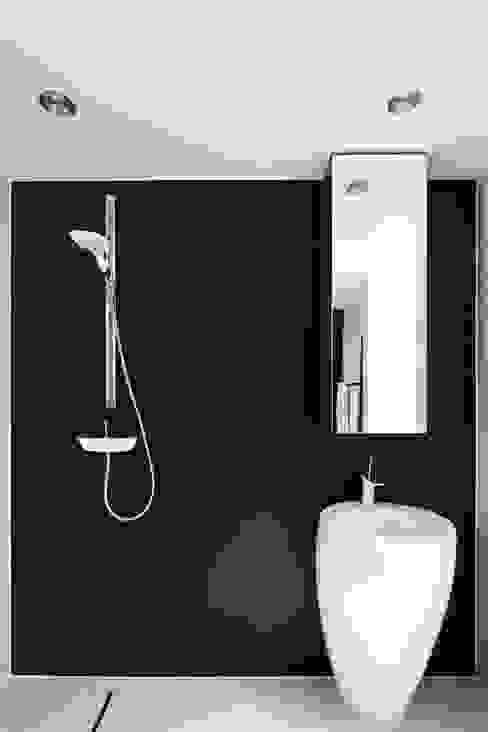 PERFORATED HOUSE INTERIOR: styl , w kategorii Łazienka zaprojektowany przez KLUJ ARCHITEKCI,Nowoczesny