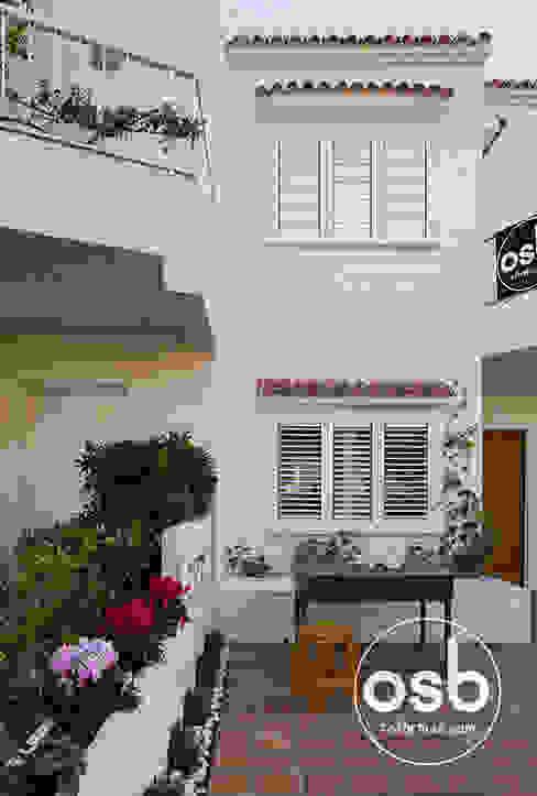 Fachada y terraza principal Casas mediterráneas de osb arquitectos Mediterráneo