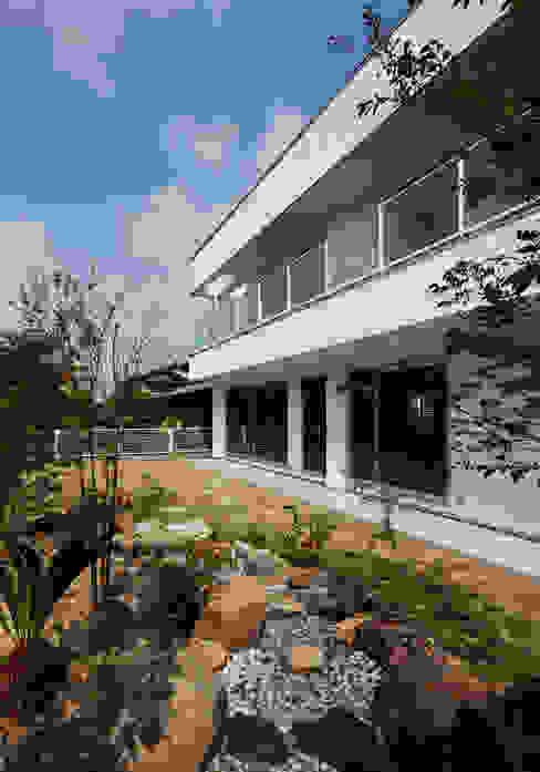 Modern garden by 内田雅章建築設計事務所 Modern