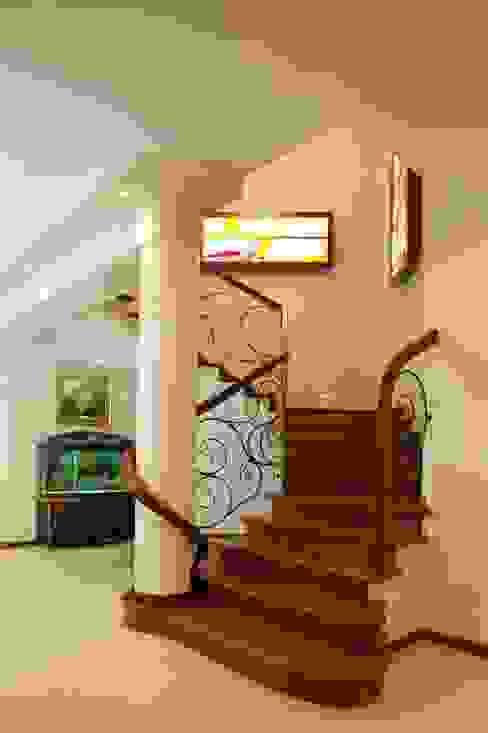 Przegląd przykładowych realizacji Klasyczny korytarz, przedpokój i schody od Art&Design Studio Projektowe Kinga Śliwa Klasyczny