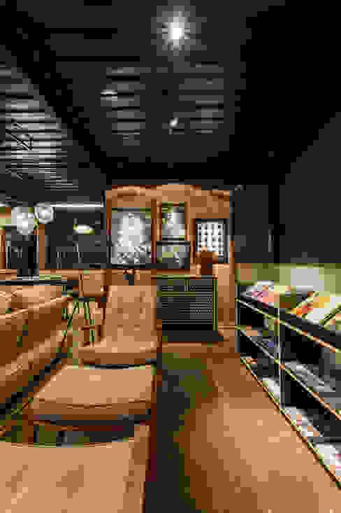 soft casal - sala de leitura Casas industriais por cioli arquitetura e design Industrial