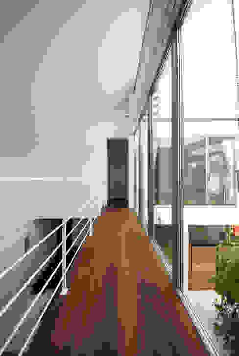 家族の気配を伝える渡り廊下 モダンスタイルの 玄関&廊下&階段 の TERAJIMA ARCHITECTS モダン