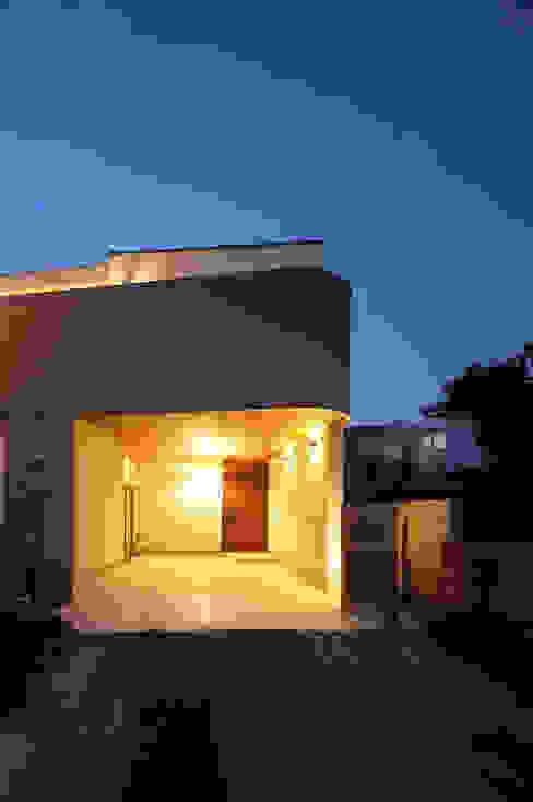 柔らかな曲線を描くファサード モダンな 家 の TERAJIMA ARCHITECTS モダン