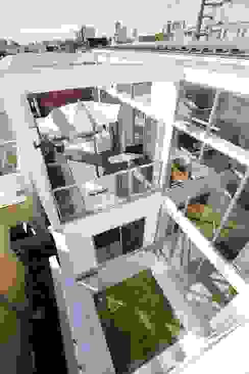 テラスと中庭に向かって開く住まい: TERAJIMA ARCHITECTSが手掛けたテラス・ベランダです。,モダン