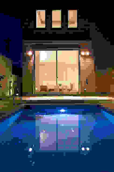 Piscinas modernas por 依田英和建築設計舎 Moderno
