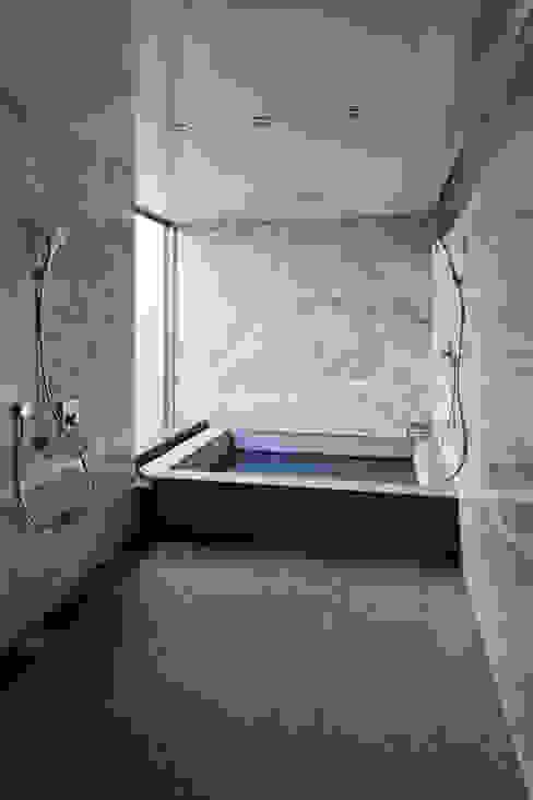 Baños de estilo moderno de 依田英和建築設計舎 Moderno