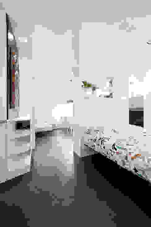 il letto e l'arredo su disegno Camera da letto minimalista di 23bassi studio di architettura Minimalista