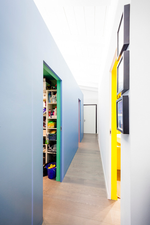 Corredores, halls e escadas minimalistas por 23bassi studio di architettura Minimalista