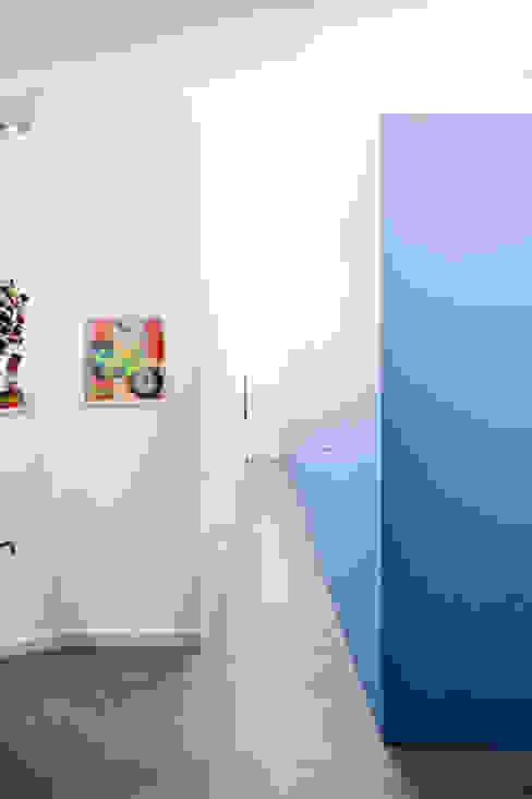 Minimalist Koridor, Hol & Merdivenler 23bassi studio di architettura Minimalist