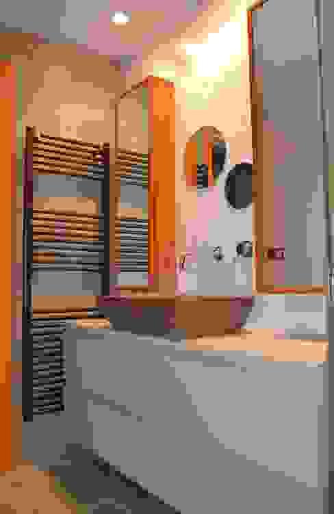 Baños de estilo  por  MIKELY Decoradores de Interiorismo, Moderno