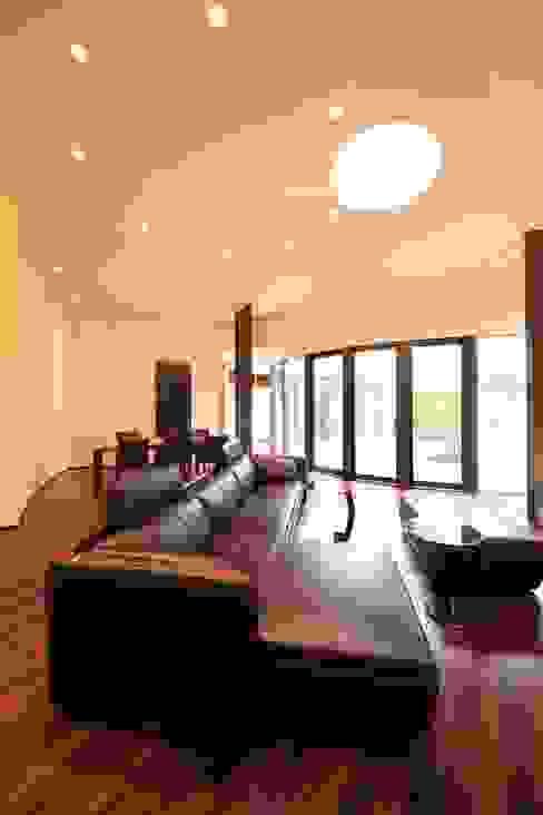 Salas modernas de MA設計室 Moderno