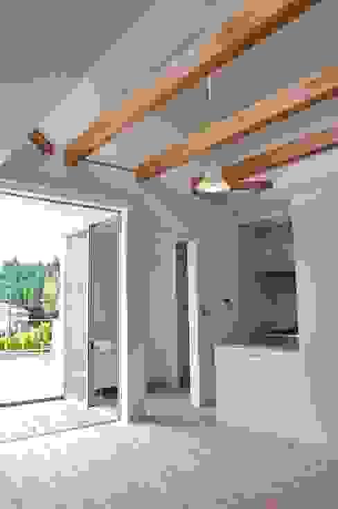 Ruang Keluarga Modern Oleh アトリエ24一級建築士事務所 Modern