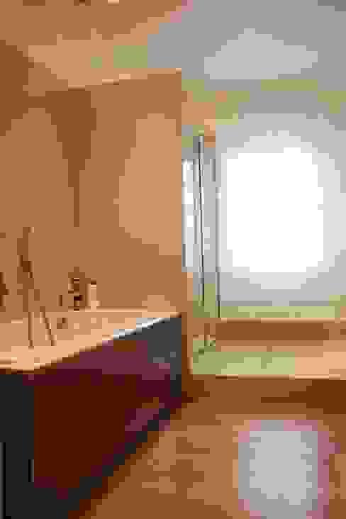 Villa privata a Ceresara Modern bathroom by Devincenti Multiliving Modern