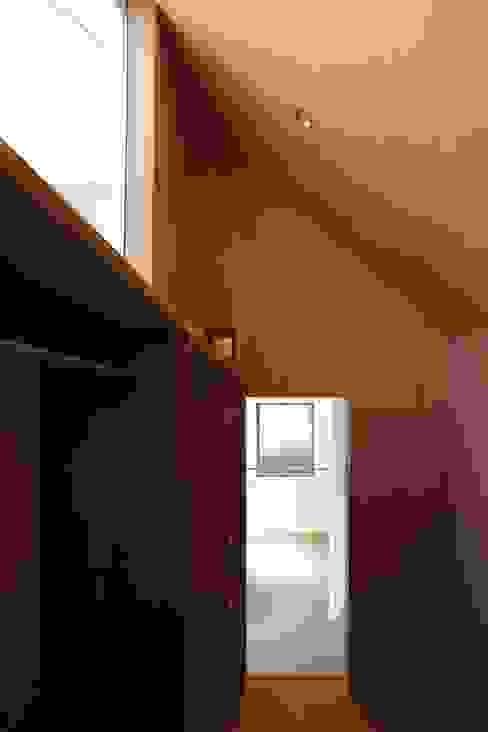 Closets de estilo ecléctico de 中西ひろむ建築設計事務所/Hiromu Nakanishi Architects Ecléctico Madera Acabado en madera
