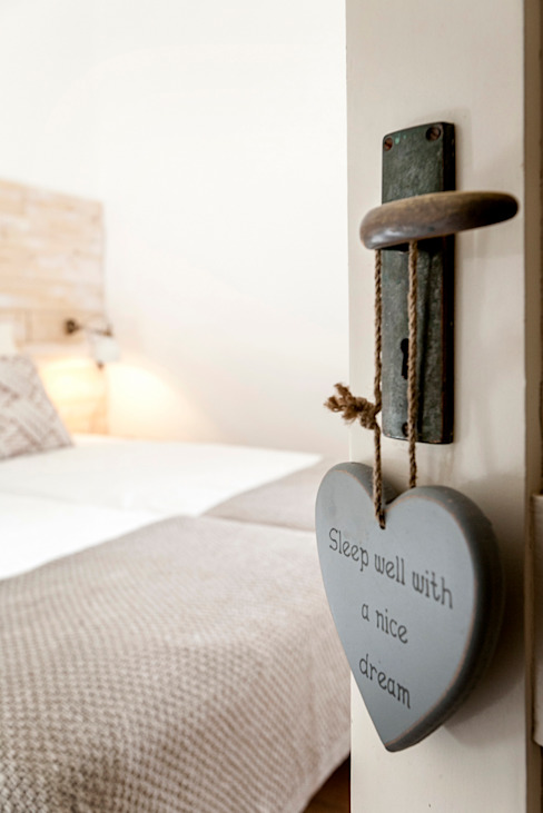 Quarto - decoração de casa de férias por Staging Factory Mediterrânico