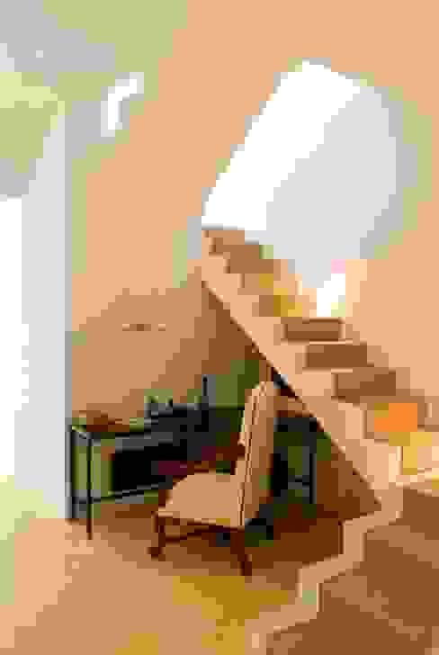 Коридор, прихожая и лестница в эклектичном стиле от Taller Estilo Arquitectura Эклектичный