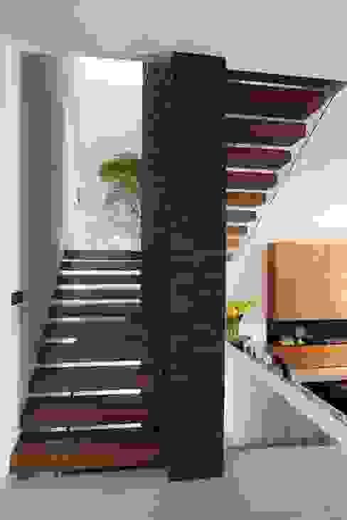 Koridor & Tangga Modern Oleh GLR Arquitectos Modern