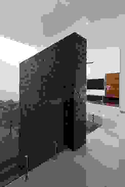 Коридор, прихожая и лестница в модерн стиле от GLR Arquitectos Модерн