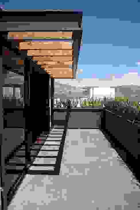 モダンデザインの テラス の Taller Habitat Arquitectos モダン