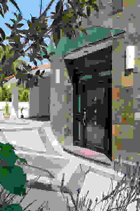 PUERTA DE INGRESO Casas modernas: Ideas, imágenes y decoración de Excelencia en Diseño Moderno