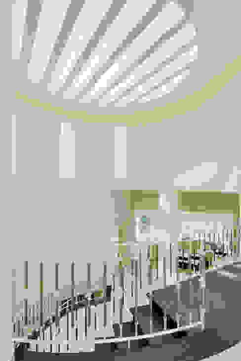 Excelencia en Diseño Ingresso, Corridoio & Scale in stile moderno