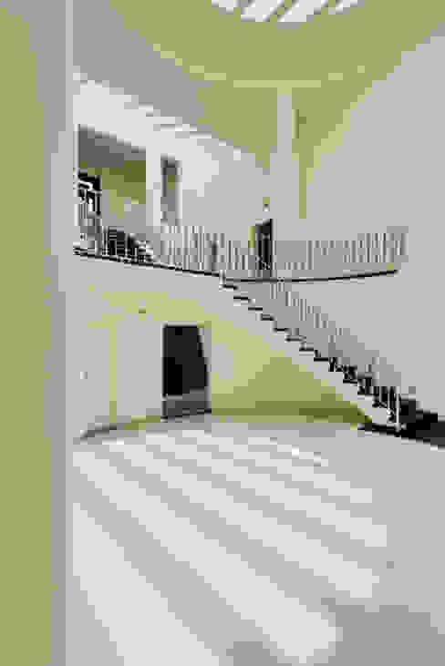 Hành lang, sảnh & cầu thang phong cách hiện đại bởi Excelencia en Diseño Hiện đại