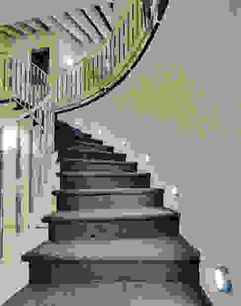 ESCALERAS Pasillos, vestíbulos y escaleras de estilo moderno de Excelencia en Diseño Moderno