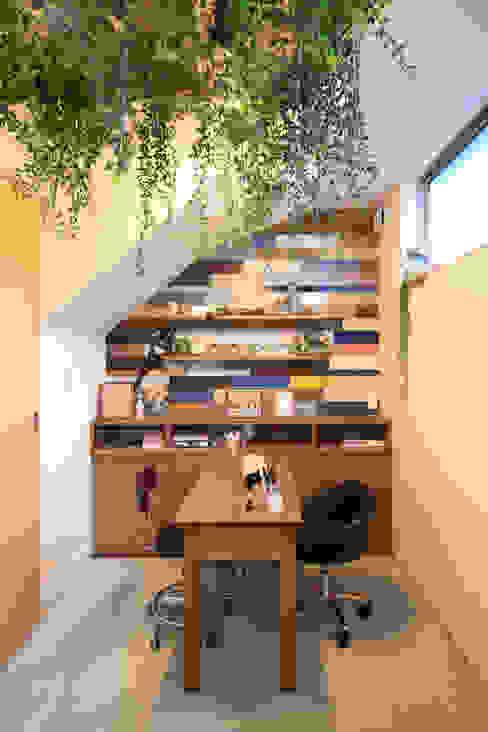 Espaços de trabalho ecléticos por MA設計室 Eclético