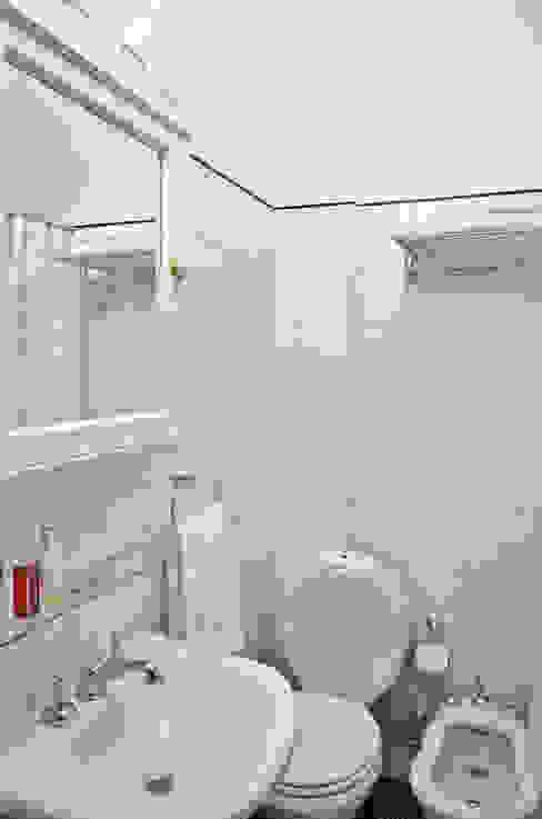 Departamento en Recoleta I Baños modernos de GUTMAN+LEHRER ARQUITECTAS Moderno