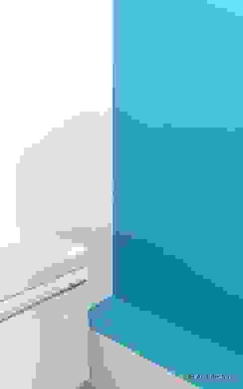 Chantier - Lignes simples et couleurs vives. Contactez-nous pour plus d'informations. www.3b-architecture.fr Salle de bain moderne par 3B Architecture Moderne