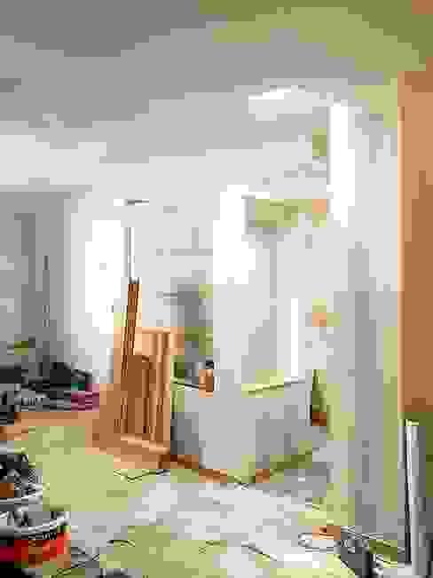 Chantier - Le puits de lumière apporte une atmosphère nouvelle au coeur de la maison par 3B Architecture Moderne