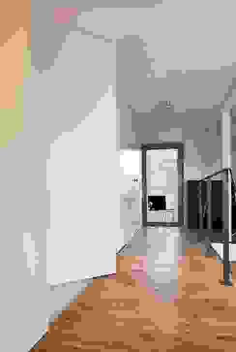 Modern Corridor, Hallway and Staircase by KODO projekty i realizacje wnętrz Modern