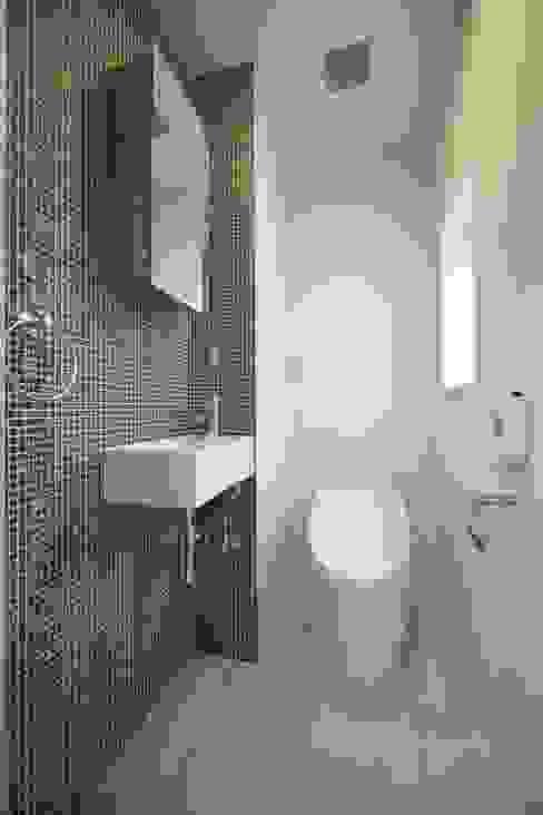 Banheiros modernos por 株式会社FAR EAST [ファーイースト] Moderno