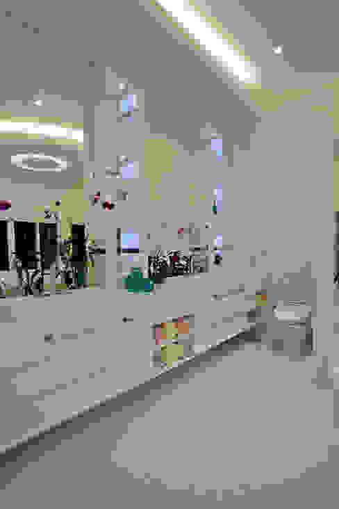 Casa Porto Seguro: Banheiros  por Arquiteto Aquiles Nícolas Kílaris