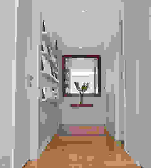 Modern corridor, hallway & stairs by GUTMAN+LEHRER ARQUITECTAS Modern