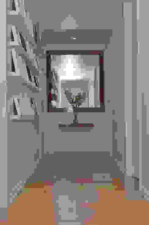 Hành lang, sảnh & cầu thang phong cách hiện đại bởi GUTMAN+LEHRER ARQUITECTAS Hiện đại