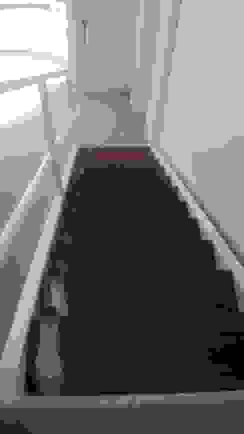 Dúplex en Recoleta Pasillos, vestíbulos y escaleras modernos de GUTMAN+LEHRER ARQUITECTAS Moderno