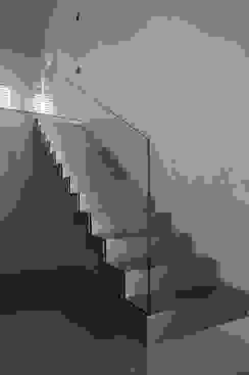 Scala ingresso di Plus Concept Studio Minimalista